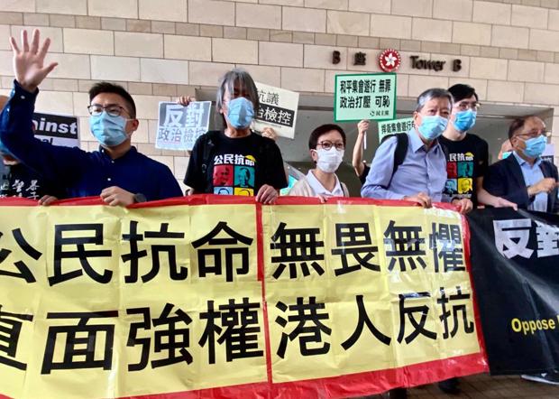 2020年9月18日,被告在法院举起横额,高叫「五大诉求」等口号。(刘少风 摄)