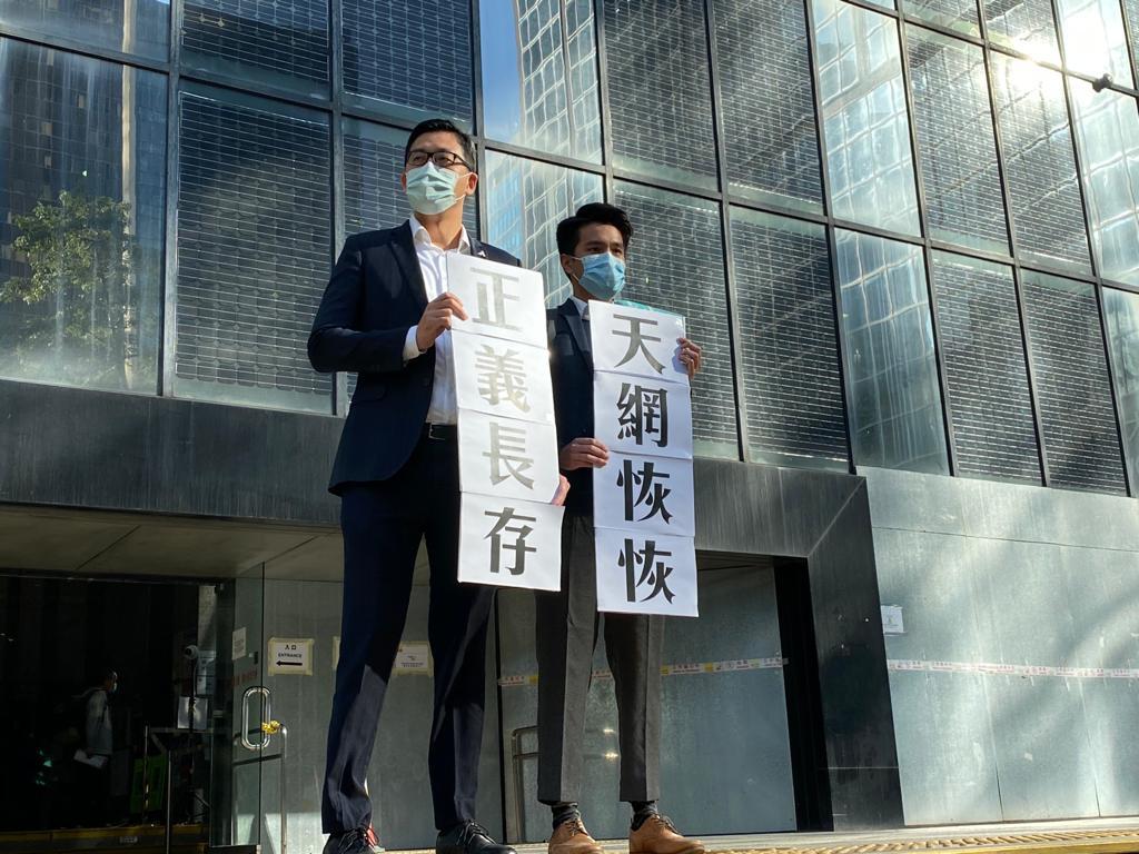 民主黨北區區議員林卓廷(左)及郭㙟豐(右)於裁決後會見記者,代表受害人兩名兒子發表聲明。(劉少風攝)