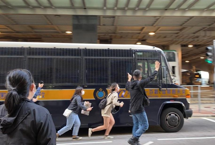 2020年12月7日,支持者冲出马路追囚车。(刘少风摄)