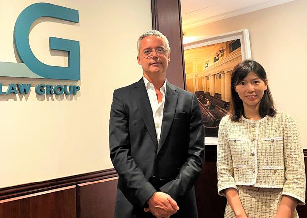 左起:哈維法律集團全球管理合夥人Jean François Harvey、律師何景楨 。(李智智 攝)
