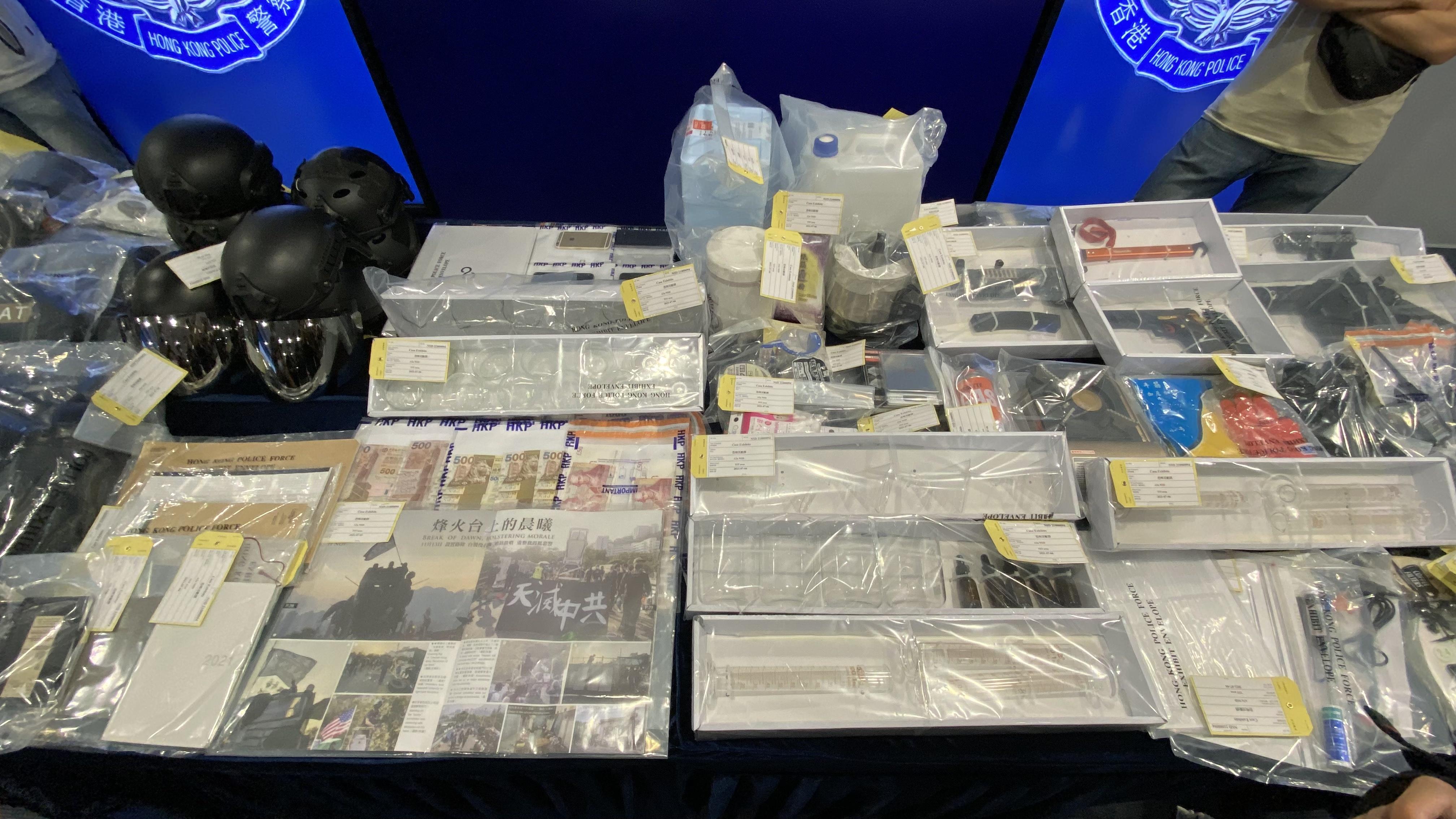 行动中,警方检获制作TATP炸药的工具、气枪、反送中文宣等。(邓颖韬 摄)