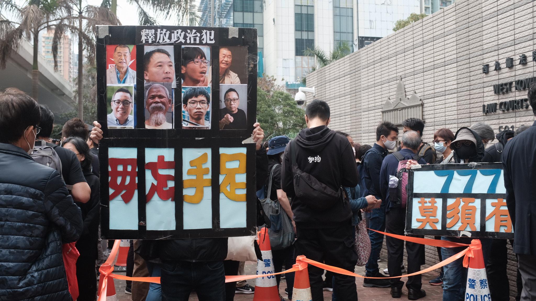 不少市民手持横额,抗议政府政治打压,要求「释放政治犯」横额上写满市民对被捕人士心声。(李智智 摄)