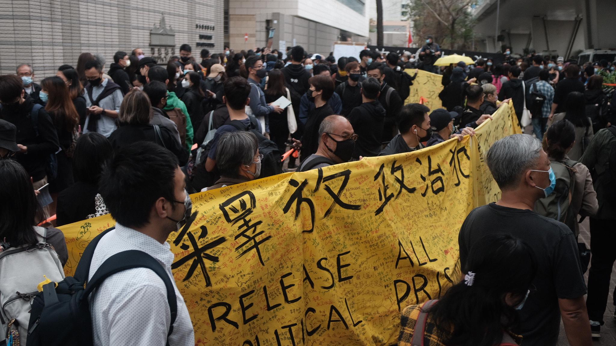 不少市民手持自制横额,表示支持47名被告。 (李智智 摄)