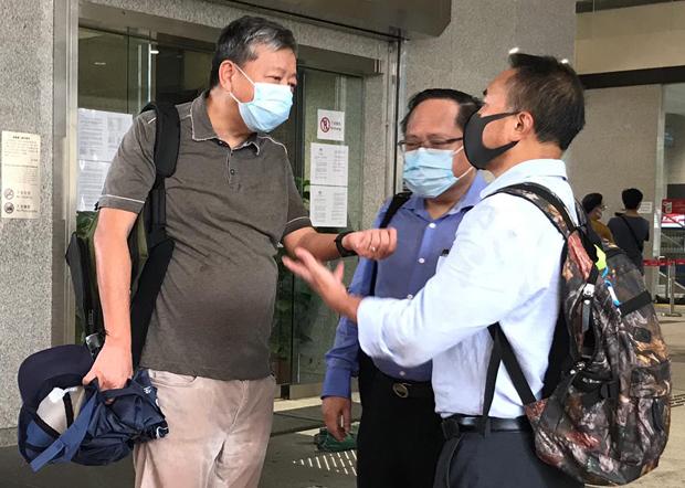 2020年9月3日,民主派人士李卓人(左)、何俊仁(中)、李永達(右)到場聲援黎智英。(劉少風 攝)