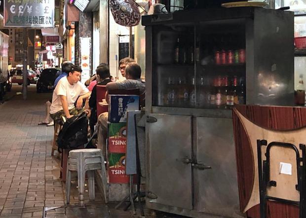 香港政府加強管制餐飲業務營運,限制每間餐廳只准招待一半數量客人,每枱最多4人,枱和枱要隔1.5米。(文海欣 攝)