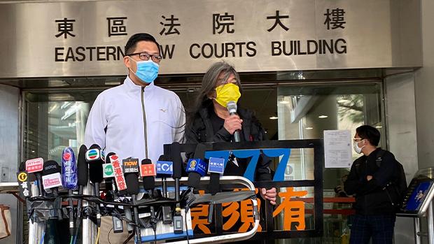 2020年12月28日,社民連成員梁國雄(右)帶同「777莫須有」標語到法院聲援。(劉少風 攝)