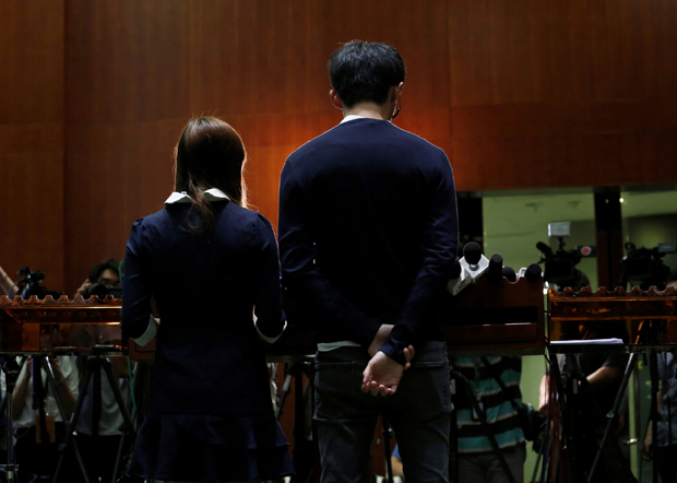 梁颂恒及游蕙祯在2016年的宣誓风波,面对社会极大压力及批评。(路透社资料图片)