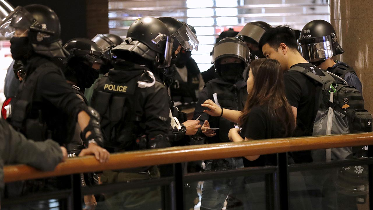 2019年12月26日,香港警方在尖沙咀海港城內截查市民。(AP)