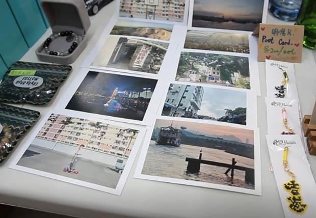 攤檔「初見」為一名被控暴動罪的年輕人義賣名信片。(張展豪 攝)