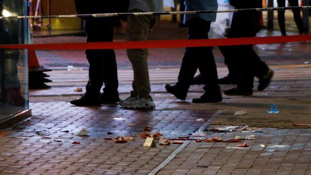 香港7.1晚发生刺警血案,疑犯用刀自残后不治。(路透社资料图片)