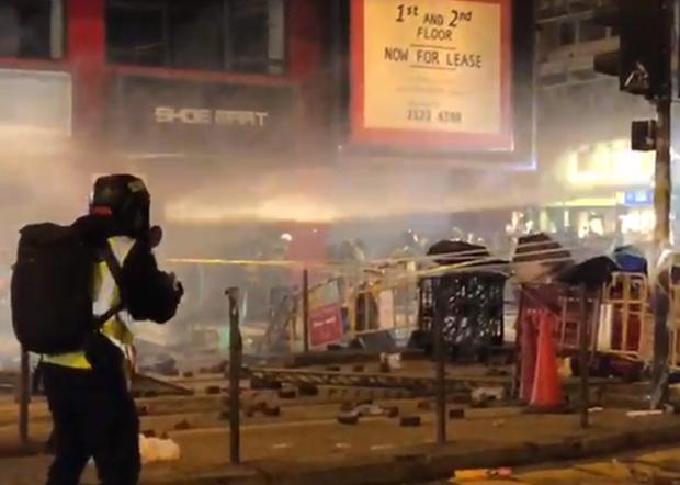 2020年1月1日,香港民間人權陣線發起元旦大遊行。遊行在下午約5點半突被警方腰斬。晚上,警方多番在遊行人士聚集的灣仔施放水炮。(文海欣 攝)