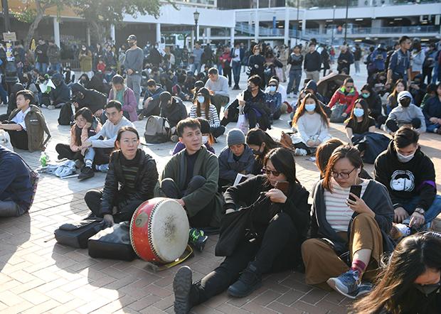 中环爱丁堡广场有过百人集会,声援一名在港工作期间被驱逐出境的印佣Yuli。(路透社)