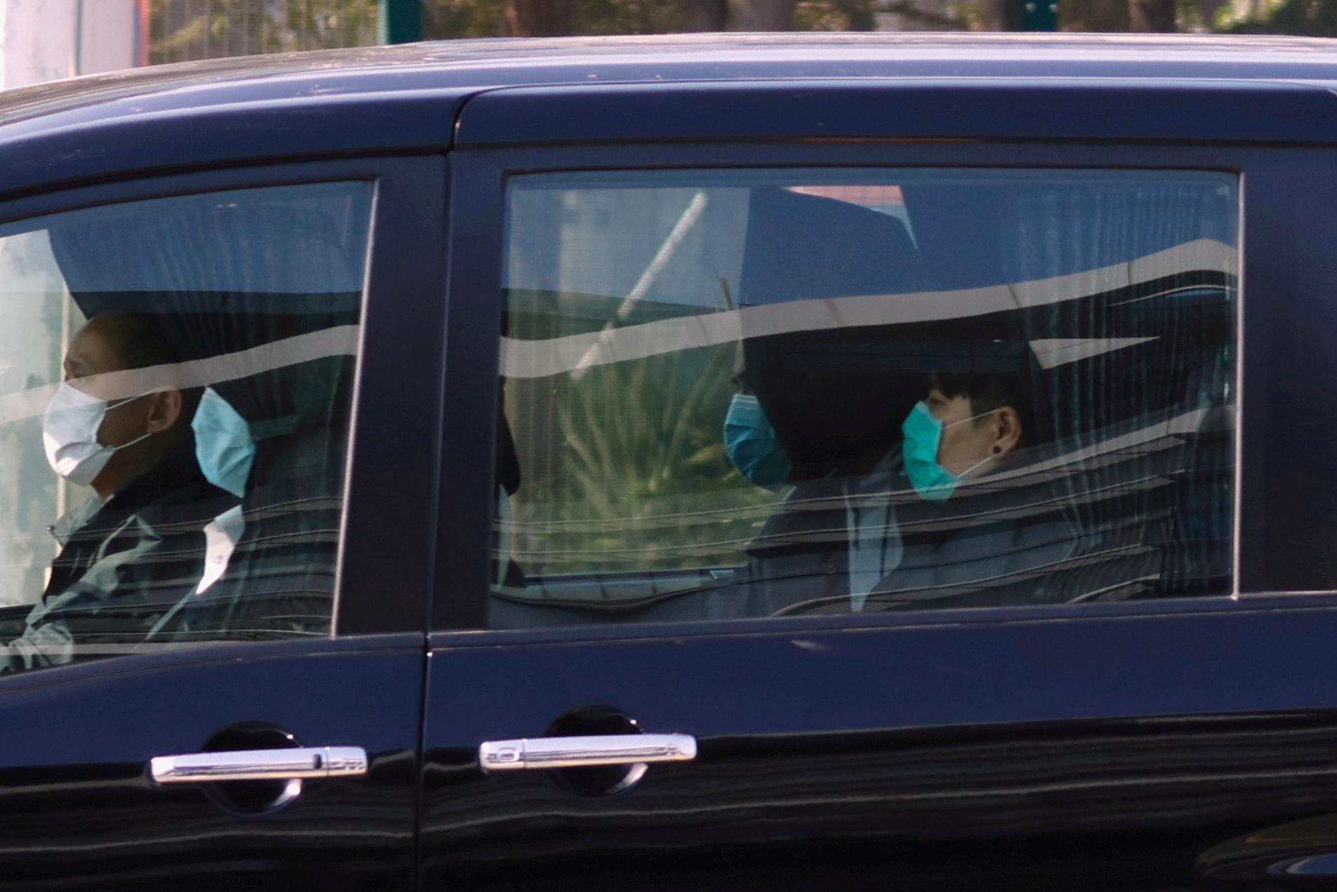 廖子文及黃臨福周三早上戴著頭套,全身白色制服,由交通警員以七人車和一輛私家車,押解至天水圍警署。(鄧穎韜攝)