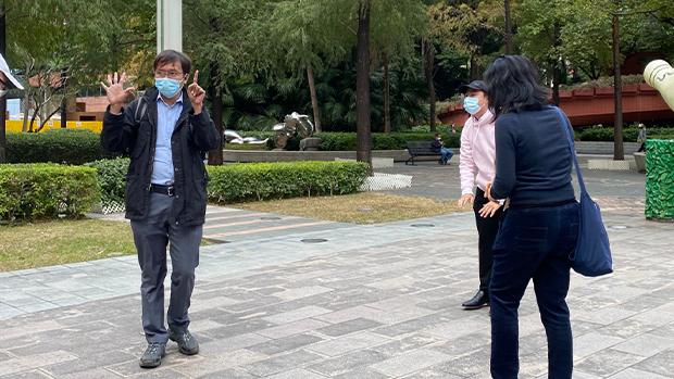 2020年12月22日,荃灣區議員譚凱邦(左)到法院聲援,並舉起五一手勢。(劉少風 攝)