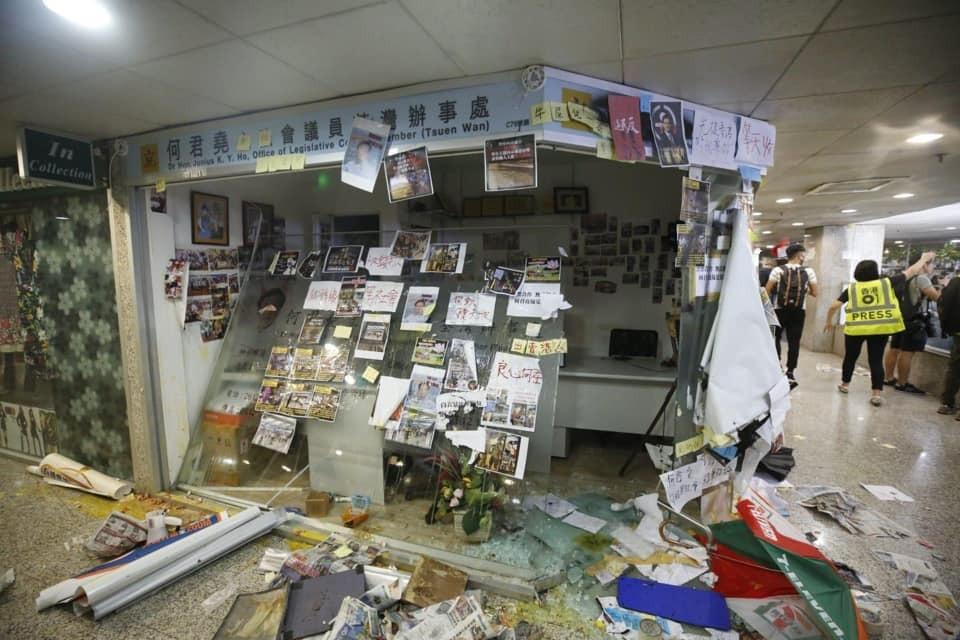 2019年7月22日,何君堯荃灣辦事處遭大肆破壞。(何君堯facebook圖片)