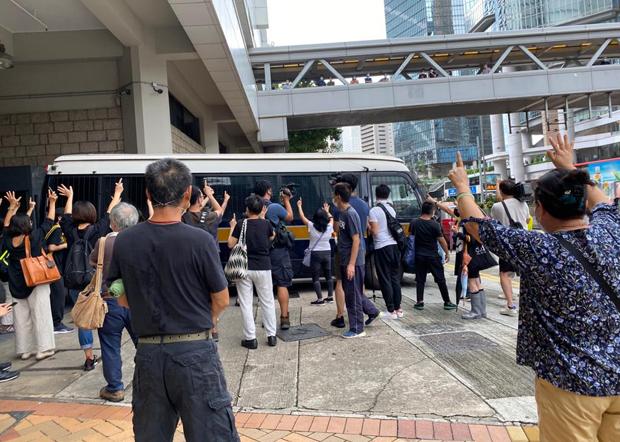 2020年9月17日,市民向囚车举起「五」、「一」手势。(刘少风 摄)