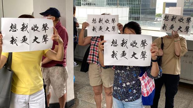 2020年9月17日,支持者举起标语。(刘少风 摄)