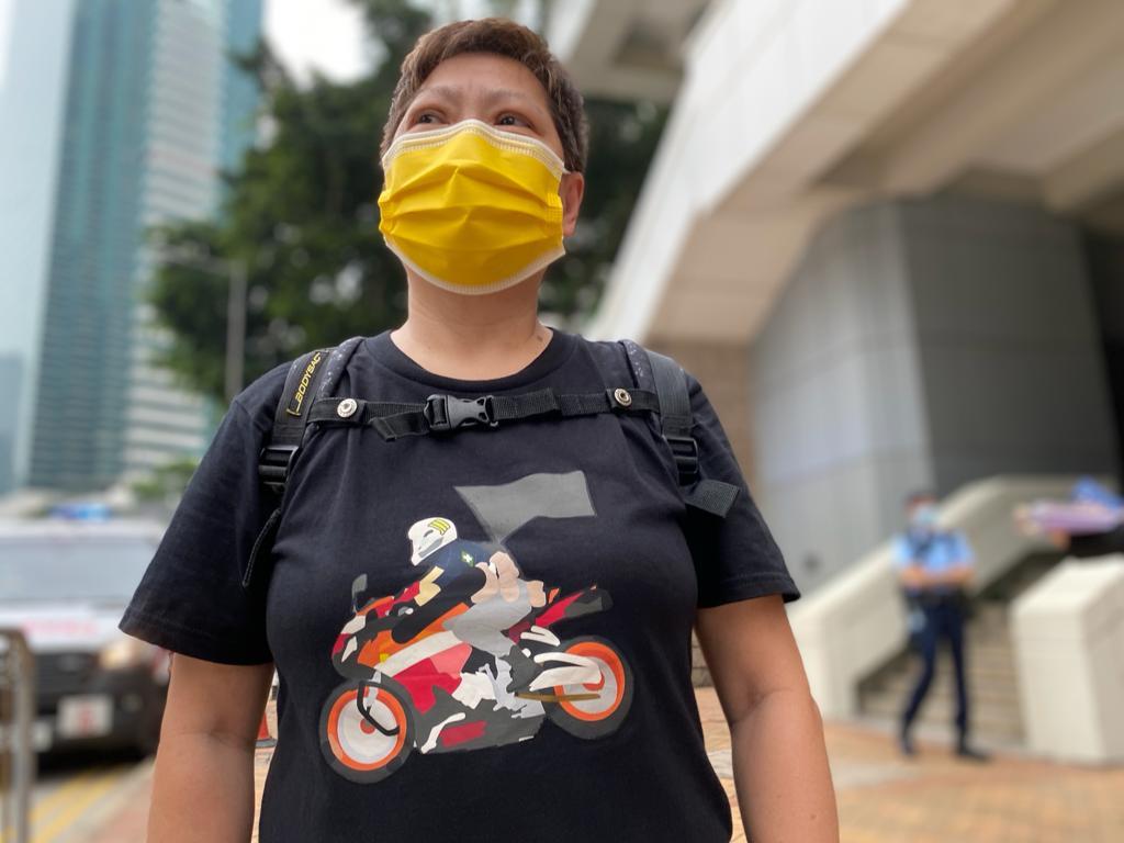 市民李小姐穿上印有寓意「唐英傑駕駛電單車」圖案的黑衣聲援。(劉少風 攝)