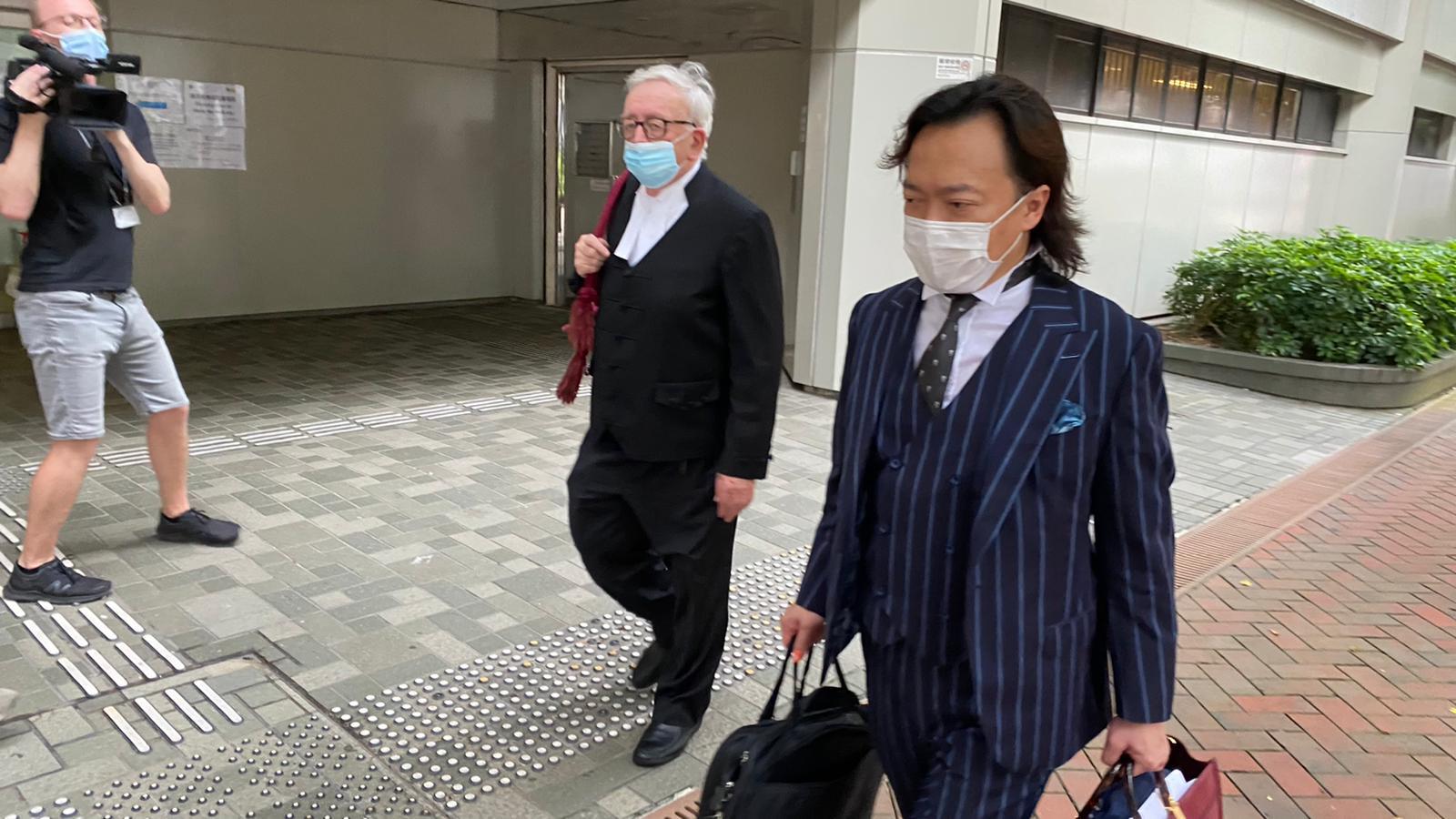 被告唐英傑的辯護大律師劉偉聰(右)。(劉少風 攝)