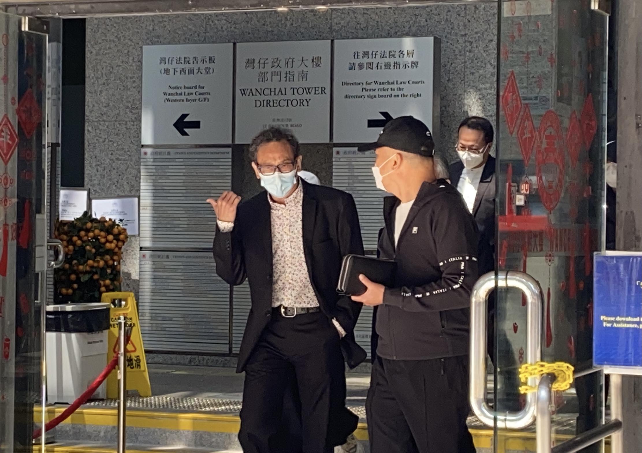 2021年2月22日,被告鄧懷琛(左)。(劉少風 攝)