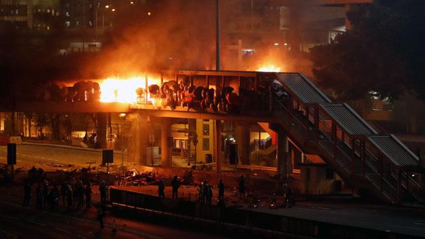 2019年11月17日,香港理工大學的攻防戰由日間打至晚上。(路透社)