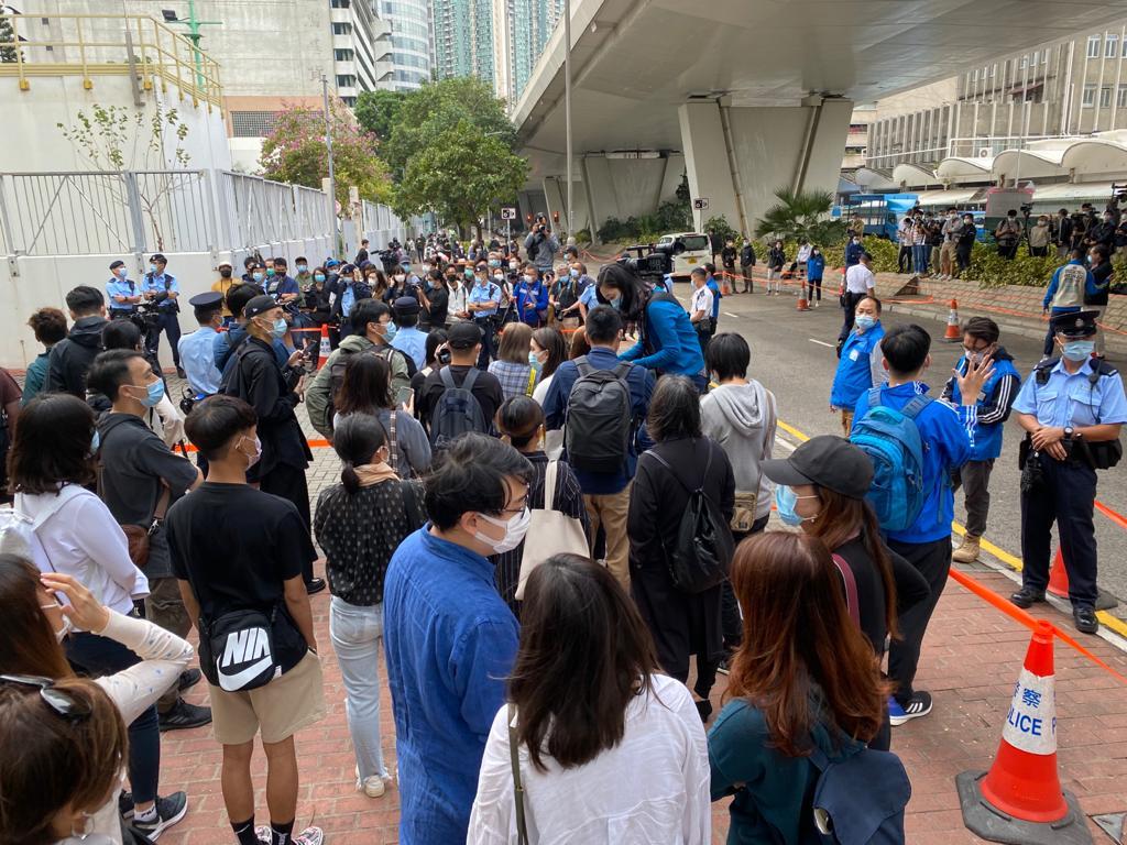 2020年11月23日,近百名傳媒及支持者在法院外等候囚車。(劉少風 攝)
