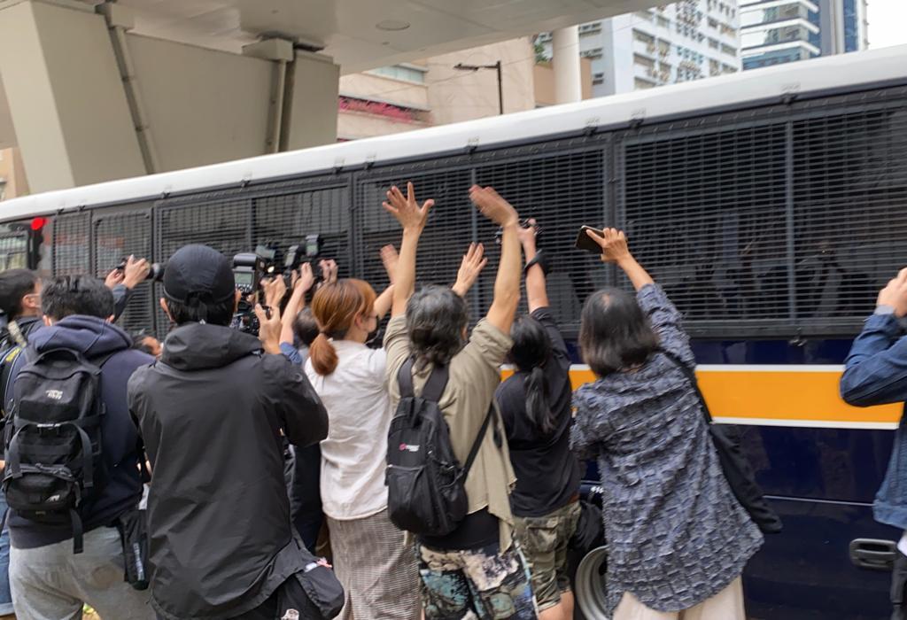 2020年11月23日,支持者向囚車舉起「五一」手勢。(劉少風 攝)