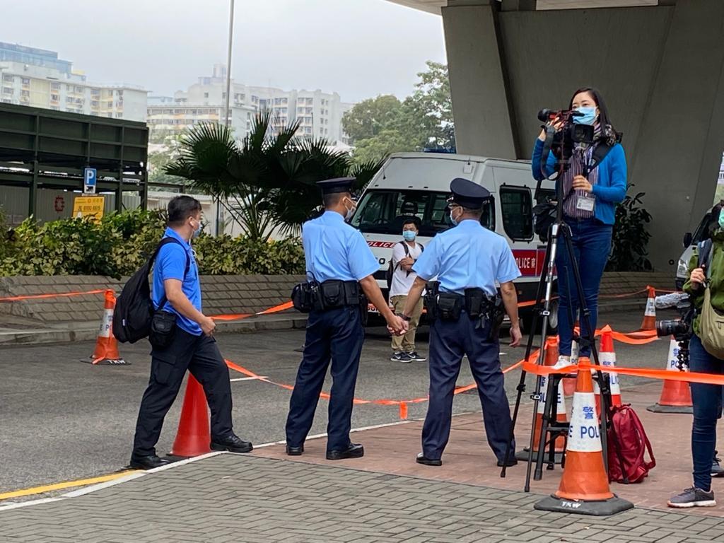 2020年11月23日,警員拉起封鎖線,並拖手阻行人通過。(劉少風 攝)