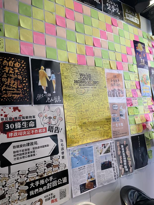 黃店茶飲店「皇茶香港」負責人Julian,認為黃店未來需要在國安紅綫下尋找言論空間。(鄭日堯 攝)