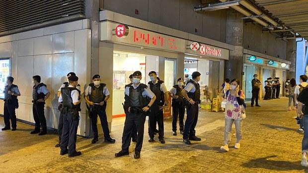 【7.21两周年】警察防刺背心元朗站严阵以待 仍有前区议员设街站呼吁不放弃