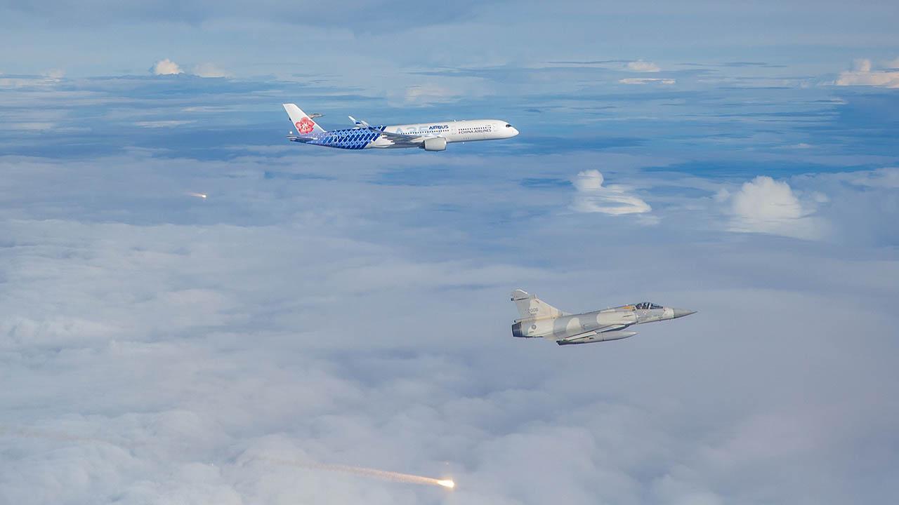 台湾空军派出四架幻象战机在空中发射「热焰弹」欢迎台湾国手回归。(军闻社Twitter图片 / 2021年8月4日)
