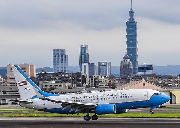 2020年8月9日,美国卫生部长阿札尔一行,乘搭有美国国旗的专机降落台北松山机场。(中央社提供)
