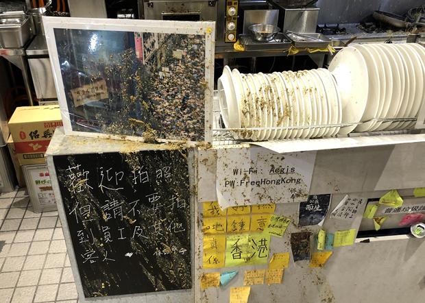 2020年10月16日,「保護傘」餐廳內到處被潑灑雞糞。(保護傘提供)