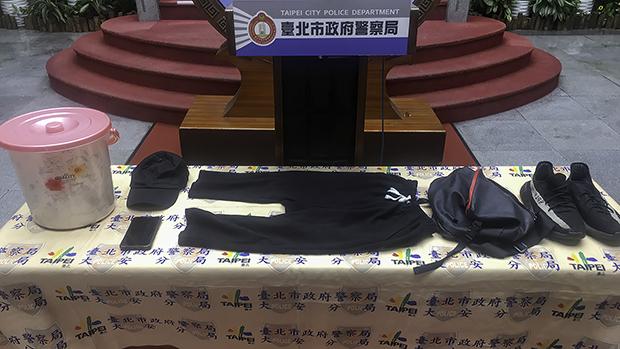 2020年10月17日,台北市警方宣布破獲「保護傘餐廳」潑糞案,並展示疑犯作案衣服和工具。(台北市警察局提供)