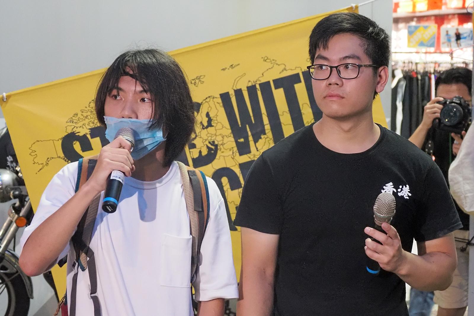 2020年8月31日,活動主辦人(左)和主持人(右)保持低調,不願透露身分。(鍾廣政 攝)