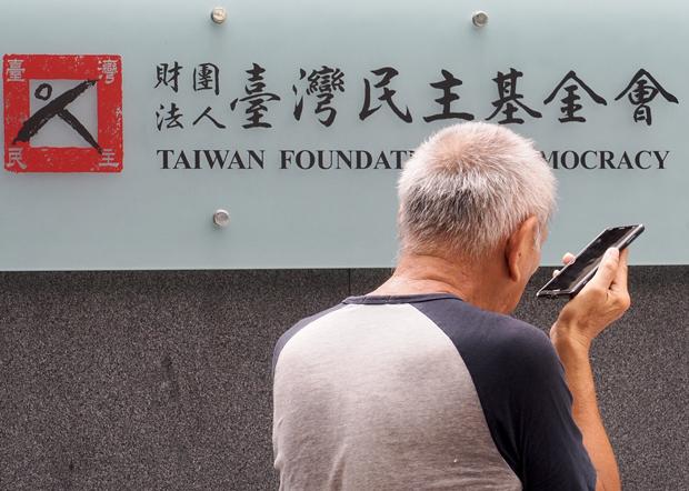 2020年7月1日,在台港人黃先生前往「台港服務交流辦公室」尋求長期居留協助。(鍾廣政 攝)