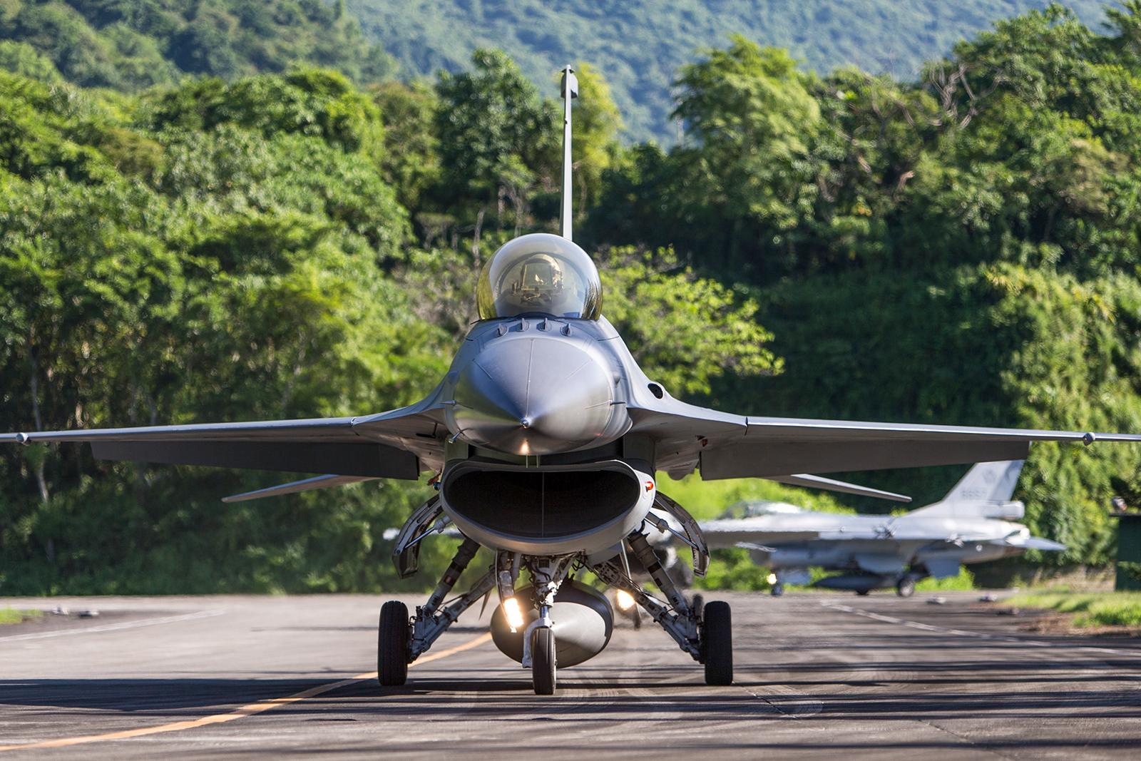 2020年7月13日,漢光演習將演練F-16等主力戰機在高速公路降落。(國防部提供)