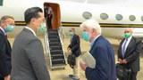 2021年4月16日,杜德前参议员(右二)、阿米塔吉前副国务卿(右一)及史坦柏格前副国务卿(中)搭乘美国专机离台,外交部北美司司长徐佑典(左二)及美国在台协会台北办事处处长郦英杰(左一)前往机边送机。