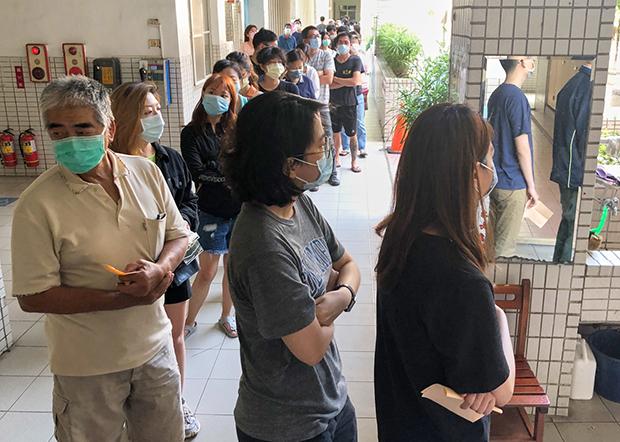 2020年6月6日,高雄各投票站一早就大排长龙,超过九成市民投下赞成罢免票。(锺广政 摄)