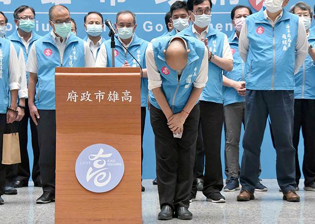 2020年6月6日,韩国瑜知道被罢免后,率市府官员向市民鞠躬,感谢过去一年多的支持。(高雄市政府提供)