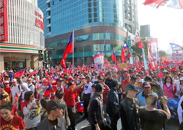 2019年12月21日,30万韩国瑜支持者手持青天白日旗参加游行。(锺广政 摄)