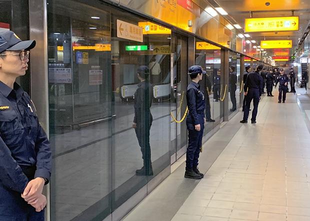 2019年12月21日,警方在捷运站每个上落车门口都派出警察驻守。(锺广政 摄)
