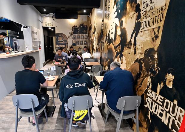 2020年11月11日,经过三个多星期整修,保护伞餐厅内部已看不出泼粪事件的痕迹。(锺广政 摄)