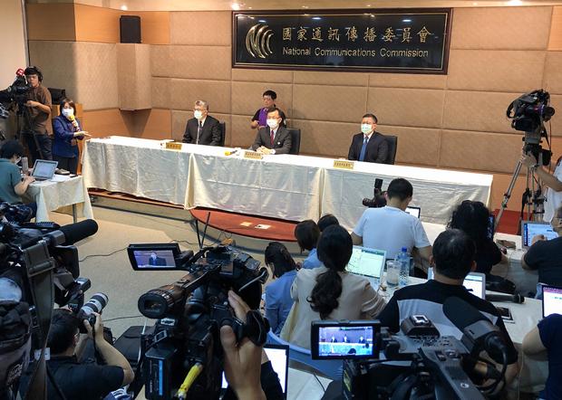 2020年11月18日,通訊傳播委員會舉行記者會,宣布委員以7:0拒絕中天新聞台換牌。(鍾廣政 攝)