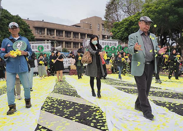 2020年2月22日,民众在行台湾政院大门前洒花悼念二二八事件死难者。(锺广政 摄)