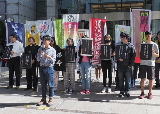 2019年11月15日,多个台湾团体和香港留台学生代表,前往香港驻台北办事处声援「反送中」运动。(锺广政 摄)