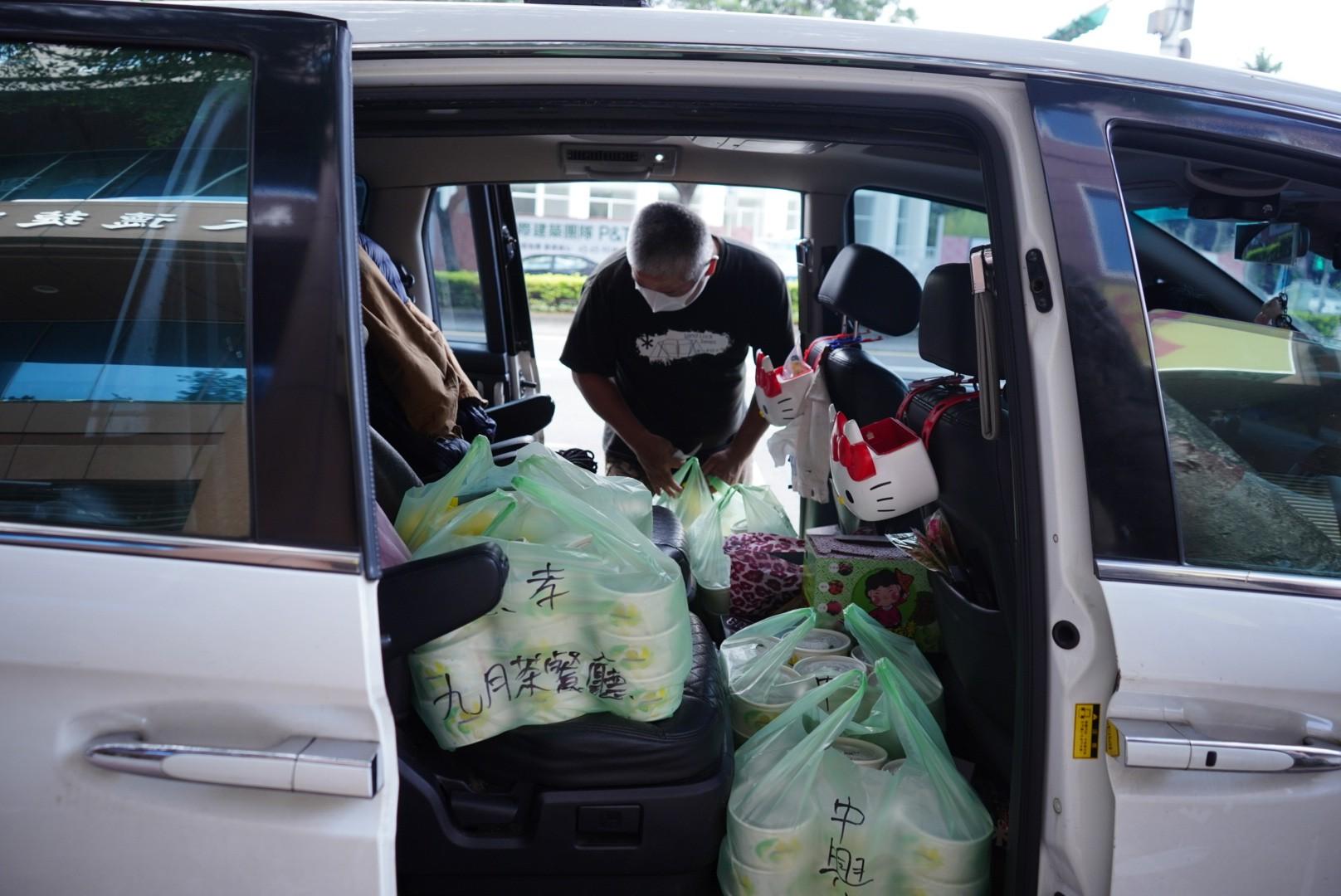 台灣人曹先生雖然要在家工作,即使住所距離餐廳很遠仍堅持每天抽時間幫忙送餐。(文海欣攝)