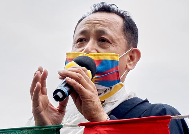 2020年3月8日,在台西藏人福利协会会长丹增南达︰因应武汉肺炎,今年游行全程戴口罩不喊口号。(锺广政 摄)