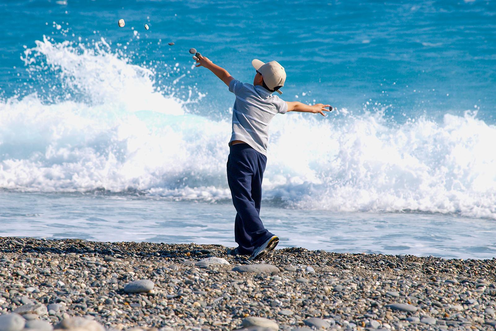 2020年8月30日,花莲七星潭是著名风景区,经常有小童在海边检拾石头玩耍。(锺广政摄)