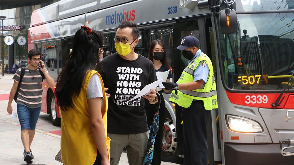 周二(8月31日)大约10名港人,在华府附近的罗斯林(Rosslyn)地铁站外派传单,将两年前太子站内的「警暴」真相向当地人传递。(胡凯文 摄)